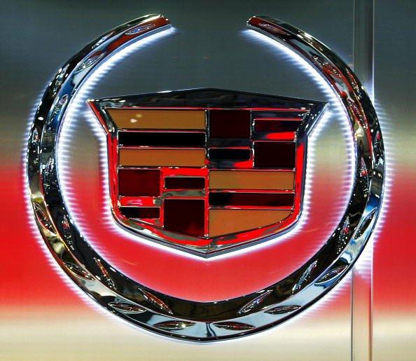 El logotipo corporativo de la compañía de automóviles Cadillac se ve el 4 de marzo de 2004 en el Salón Internacional del Automóvil de Ginebra, Suiza. | Fuente: Getty Images