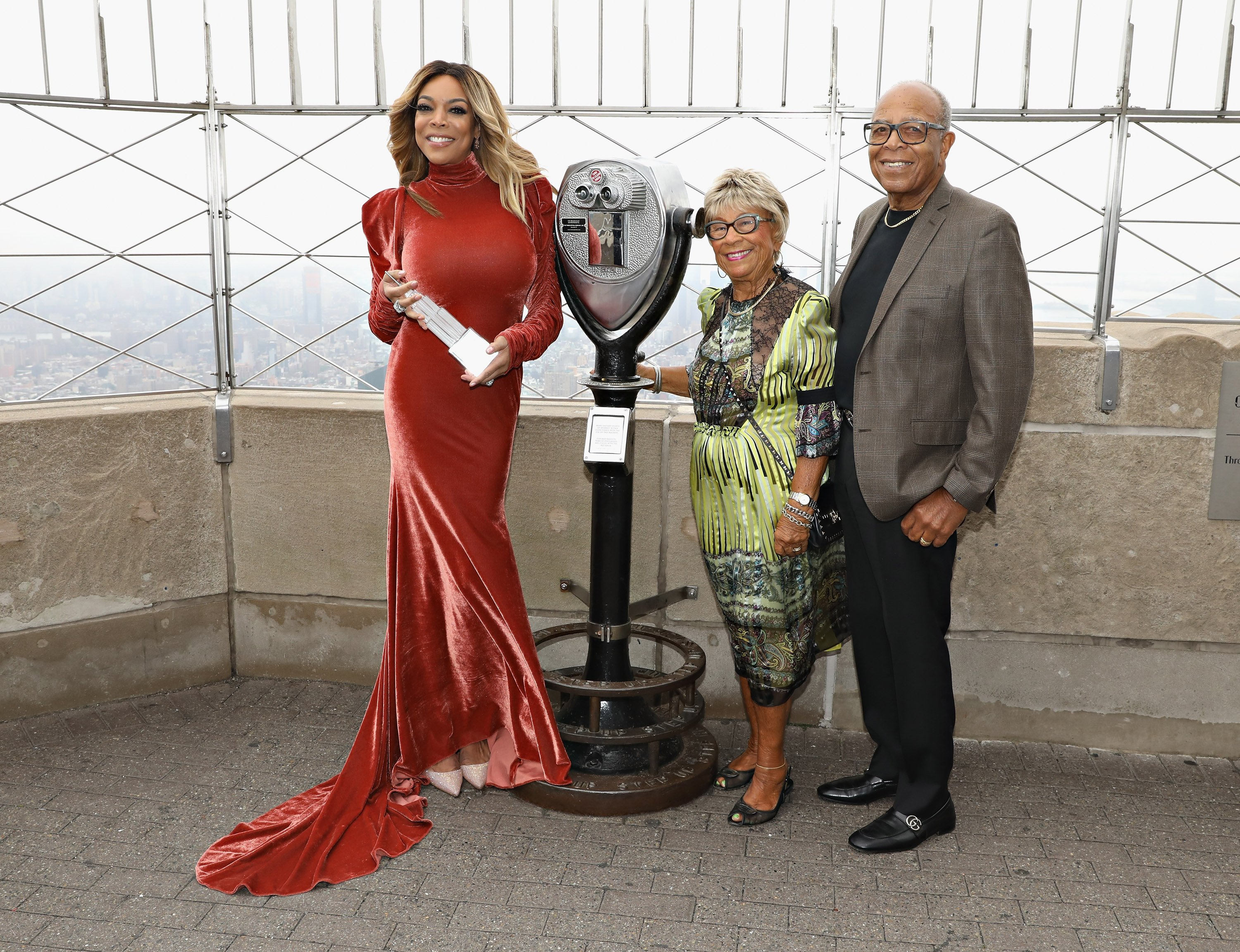 Wendy Williams et ses parents durant l'illumination de l'Empire State Building. l Source : Getty Images