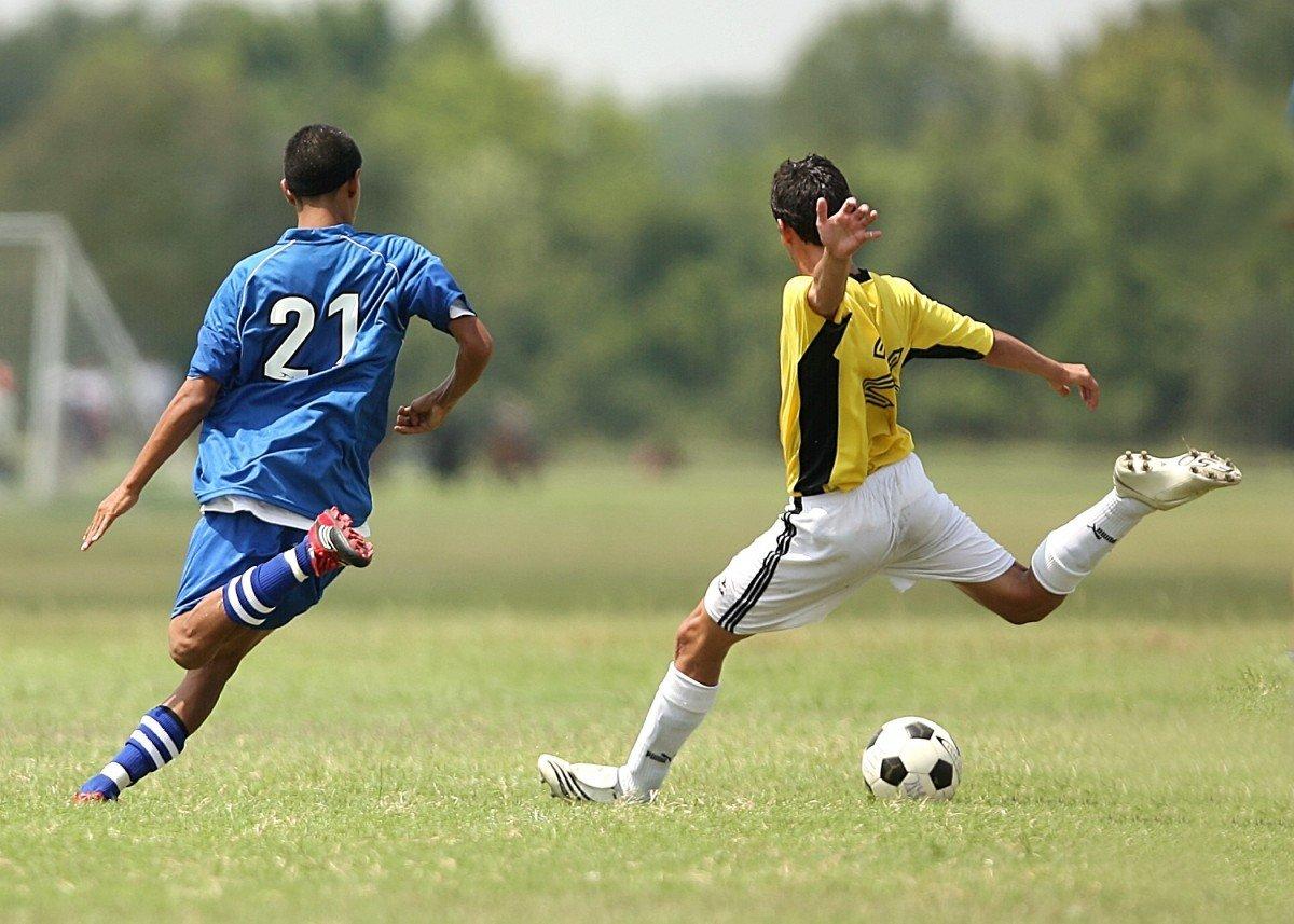 Des jeunes qui jouent au football. | Image : PxHere
