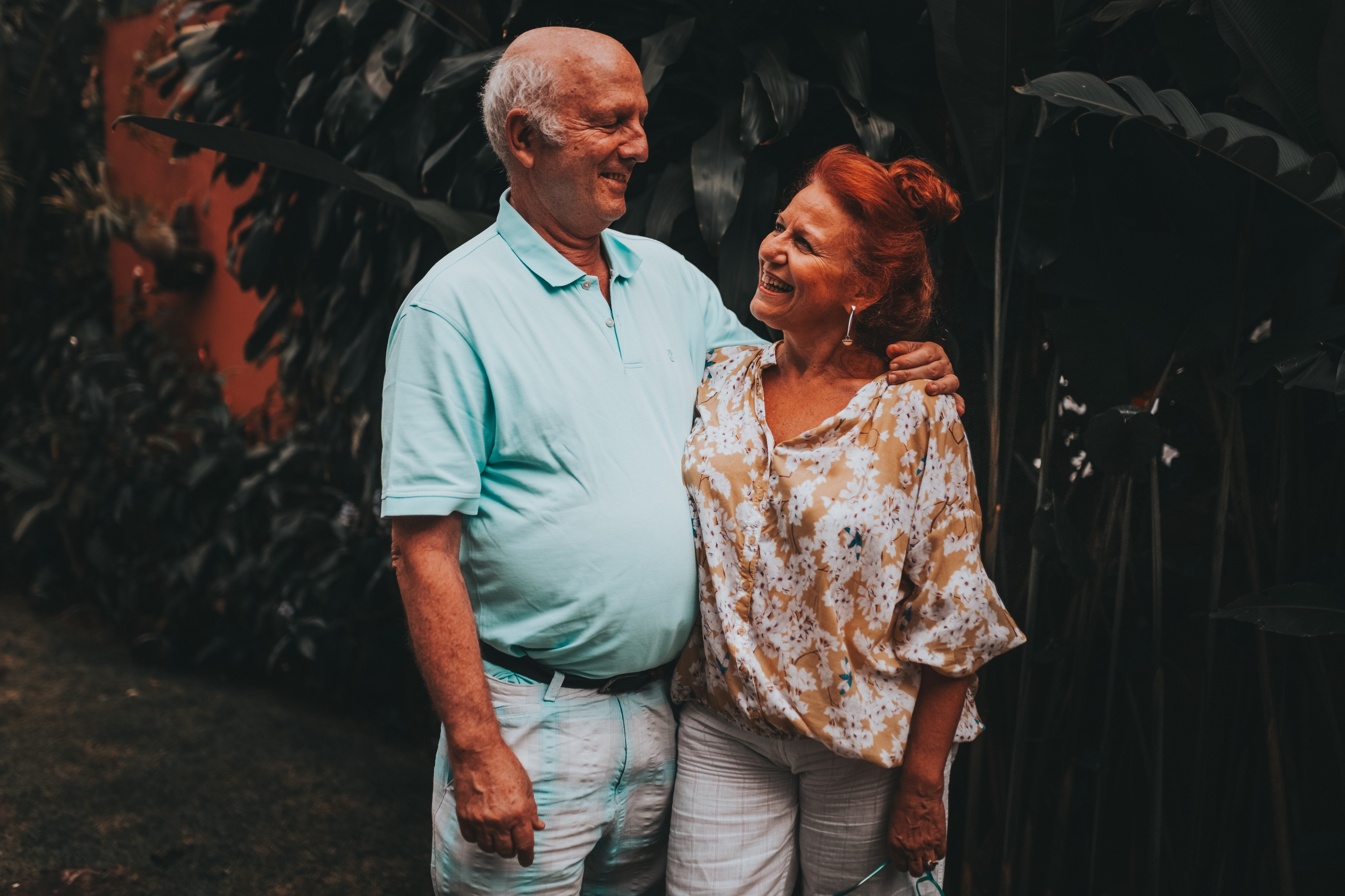A pair of old man and woman looking each other affectionately. | Source: Pexels