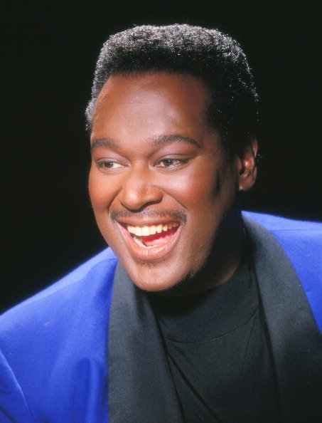 Late singer Luther Vandross poses for a portrait in 1995 in Los Angeles, California | Photo: Getty Images
