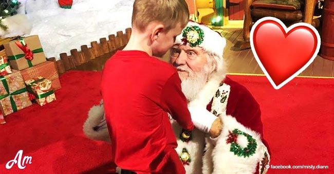 Ce père Noël s'est assis par terre quand il a entendu un garçon aveugle autiste qui voulait le rencontrer