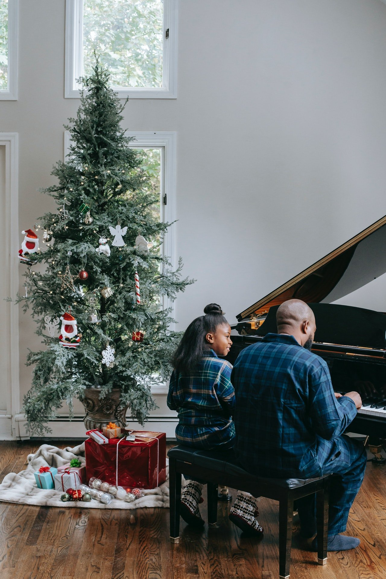 Photo of a man and woman playing a piano | Photo: Pexels