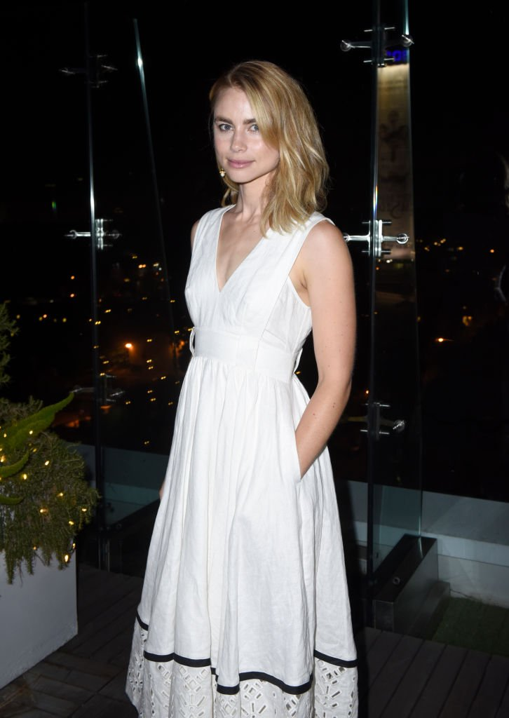 Lucy Fry en robe blanche | source : Getty Images