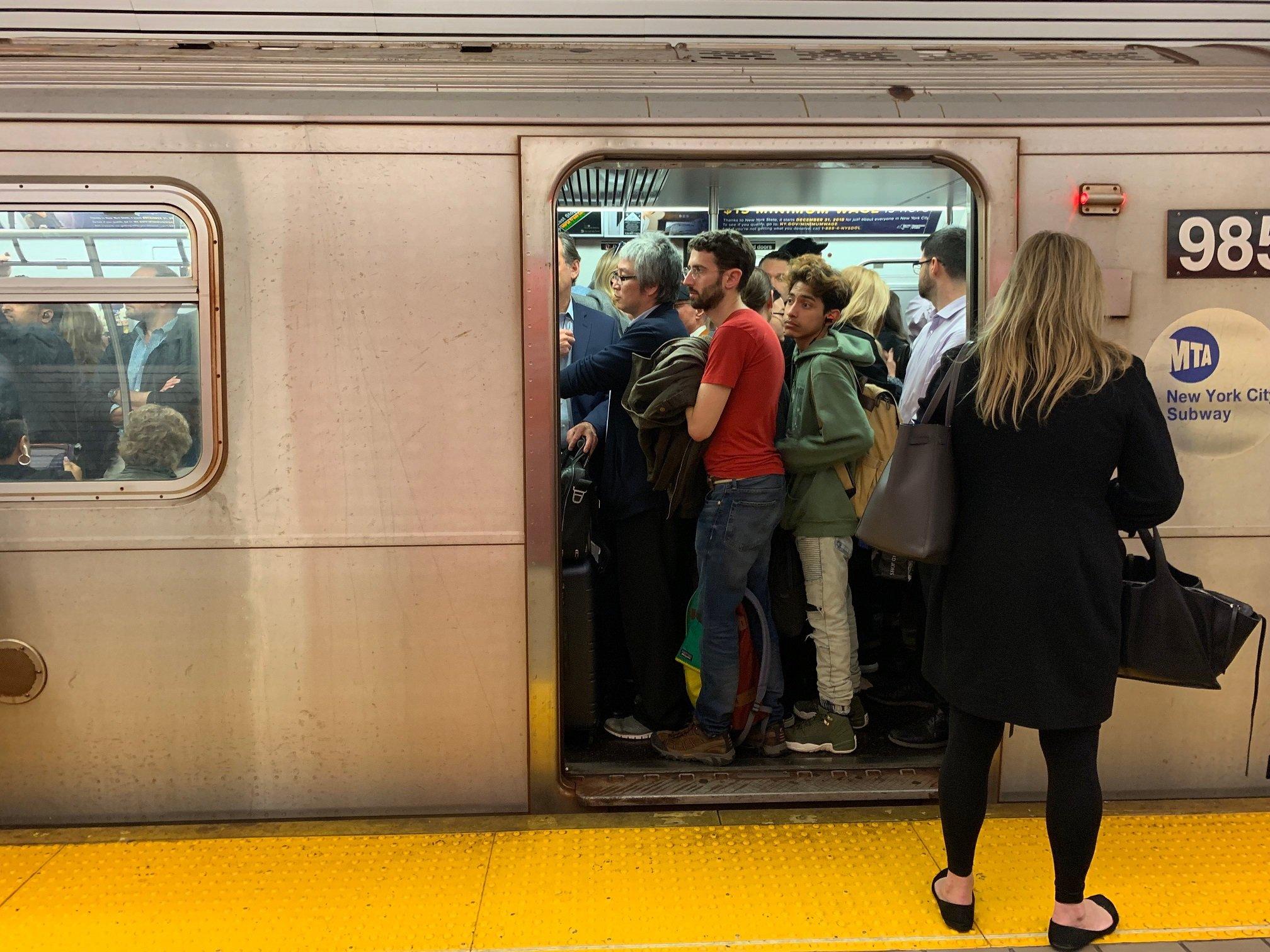 Atestado vagón de la línea 6 del metro de Nueva York || Fuente: Shutterstock