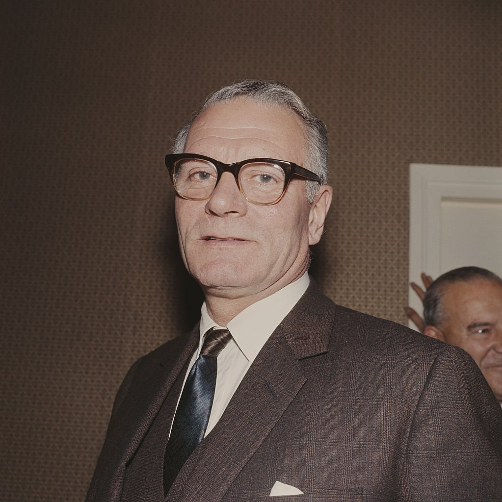 Laurence Olivier (1907-1989) pictured at a drinks reception for actors at the National Theatre in London on November 1, 1965. | Photo: Getty Images