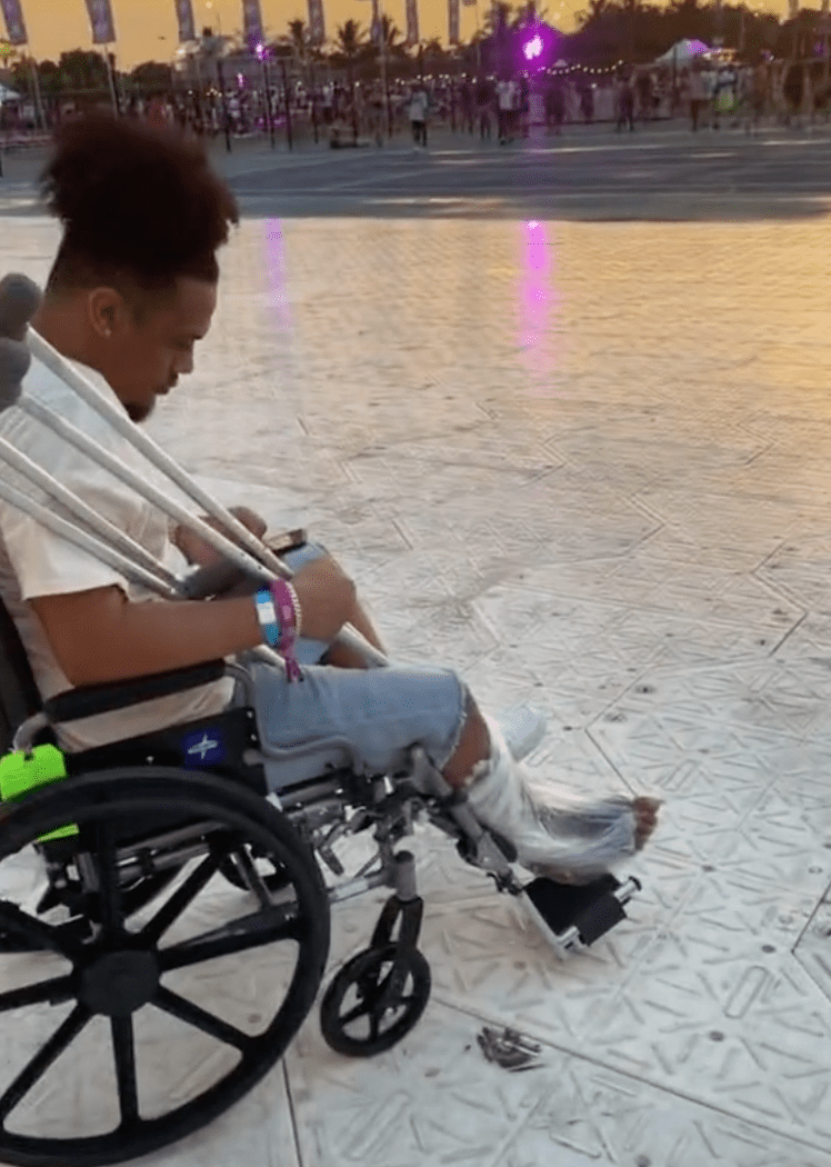 In a viral TikTok video a woman showed her boyfriend who was in a wheelchair forced to sit far away from the stage   Photo: TikTok/@clawdbycaroline