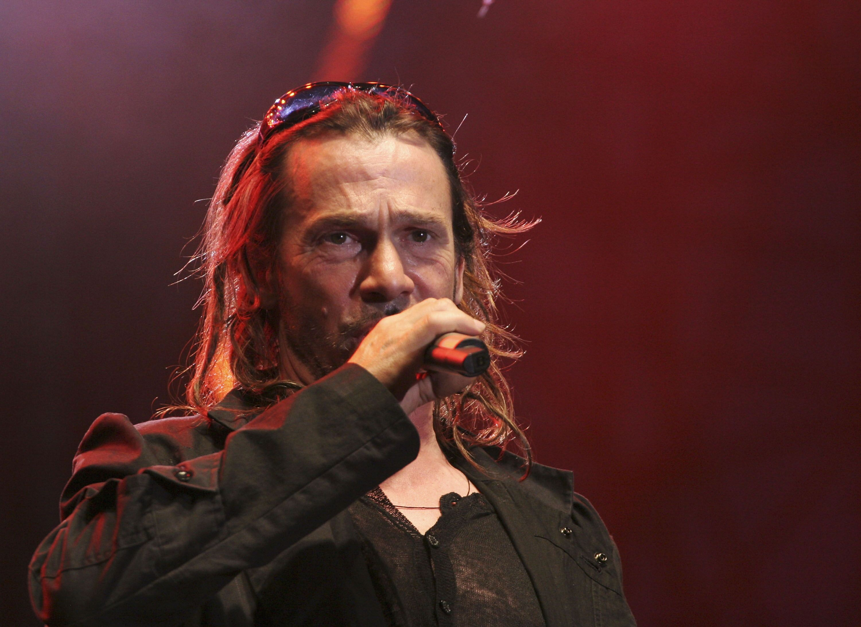 Le chanteur Florent Pagny sur scène. l Source : Getty Images