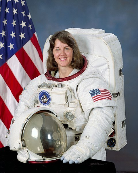 Portrait of Kathryn C. Thornton in NASA uniform with U.S. flag in the background | Source: Wikimedia Commons
