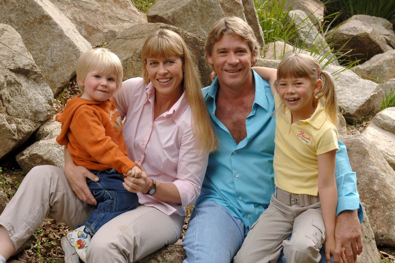 Steve Irwin poses with his family at Australia Zoo on June 19, 2006. | Source: Getty Images