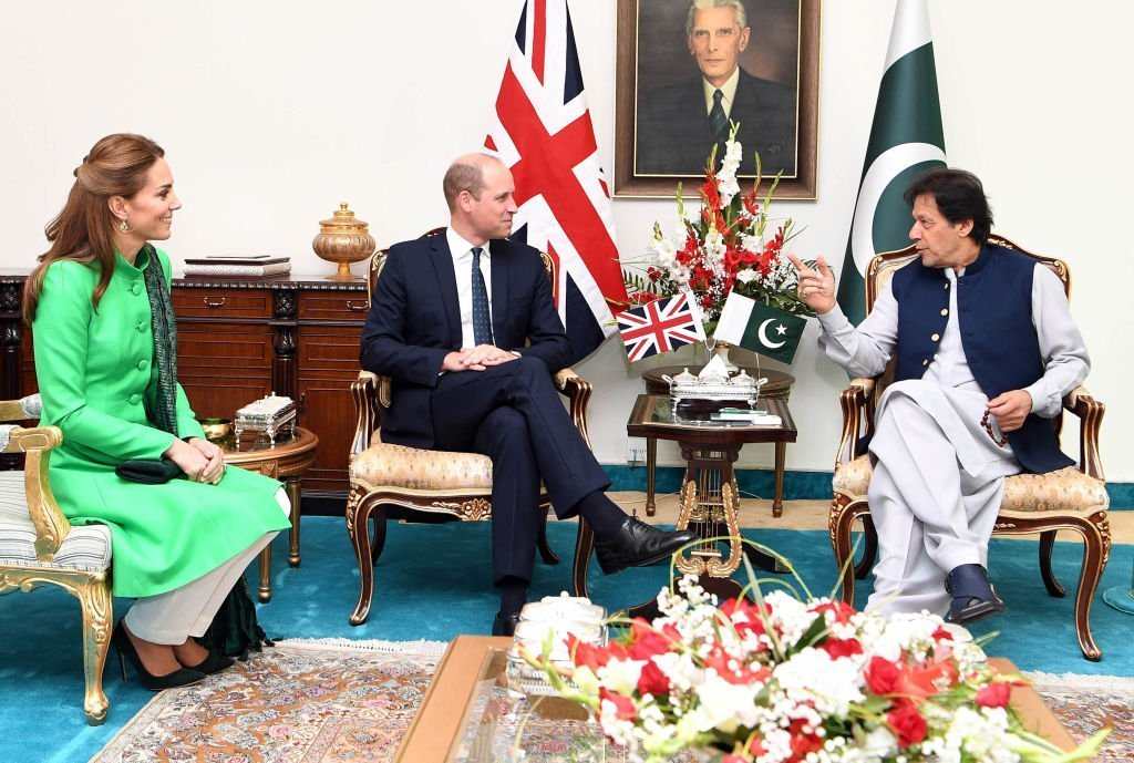 Le Prince William et Kate Middleton rencontrent le Premier ministre du Pakistan, Imran Khan, à sa résidence officielle. | Photo : Getty Images