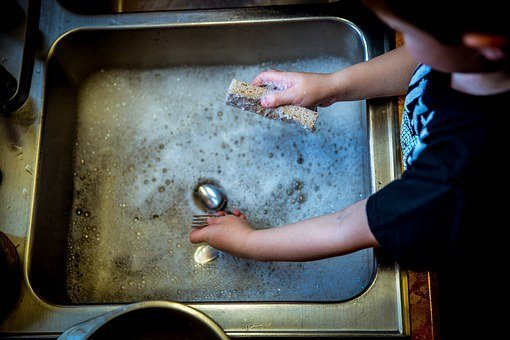 Une personne faisant la vaisselle. | Pixabay