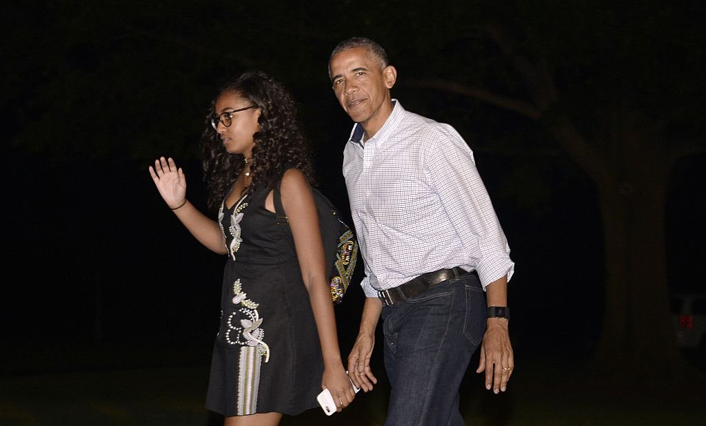 President Barack Obama and daughter Sasha walk on the South Lawn of the White House | Photo: Getty Images