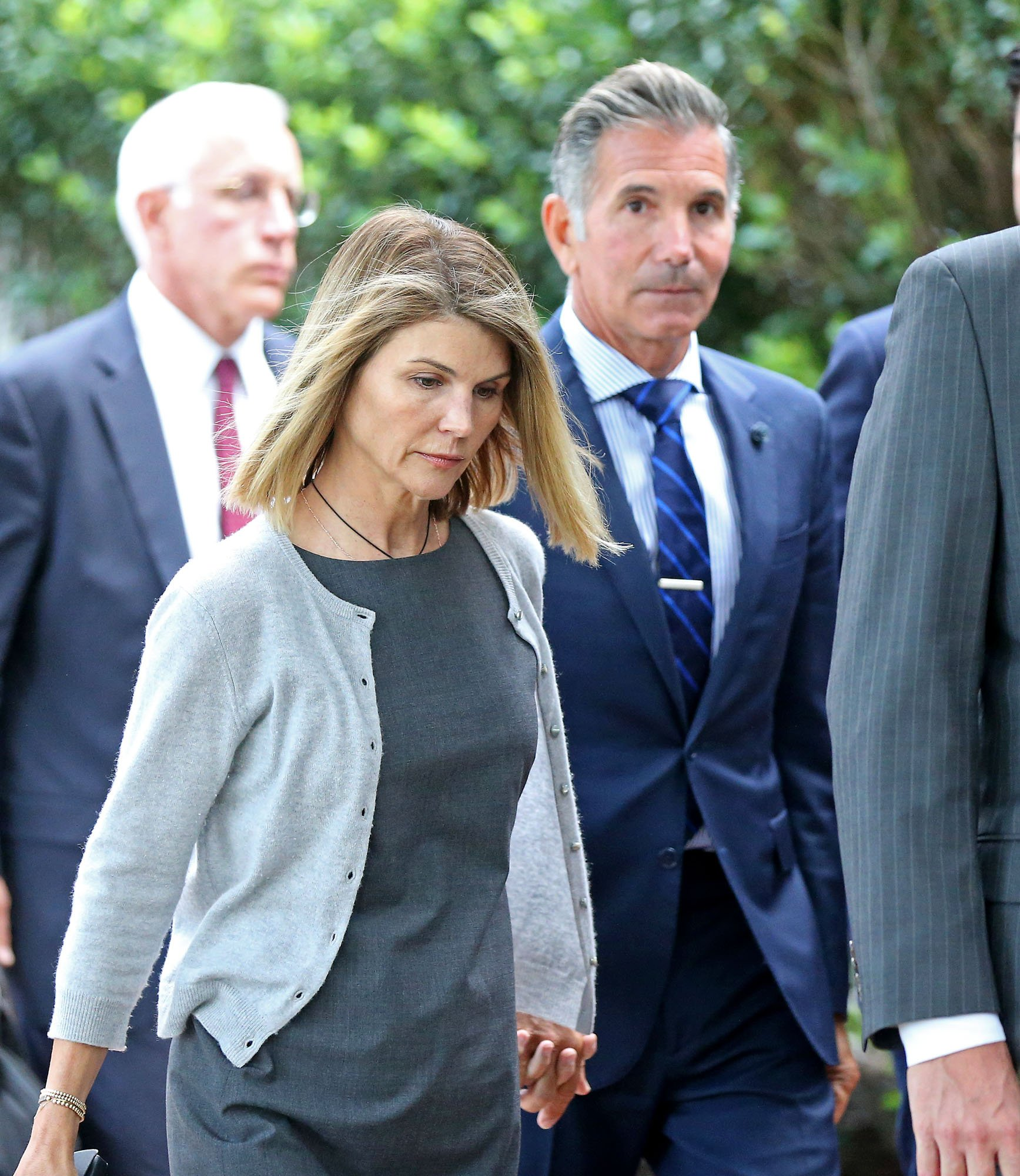 Mossimo Giannulli and Lori Loughlin leaving the courthouse after their hearing on 27 August, 2020. | Photo: Getty Images.