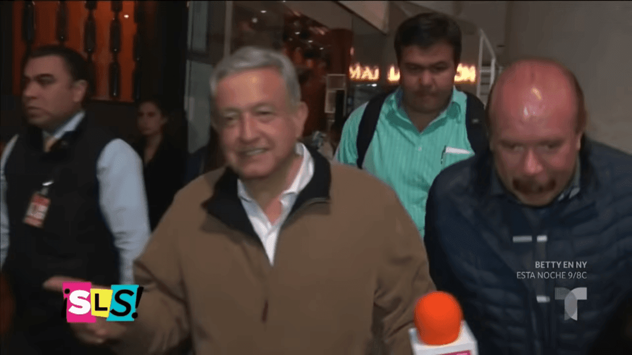 AMLO llegando al aeropuerto / Imagen tomada de: YouTube / Suelta la Sopa