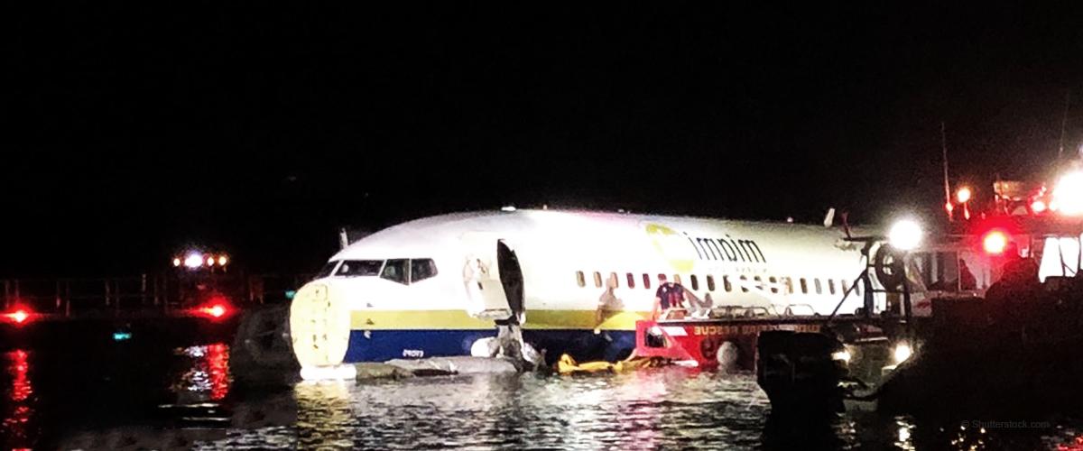Un Boeing 737 a raté son atterrissage et a fini dans un cours d'eau