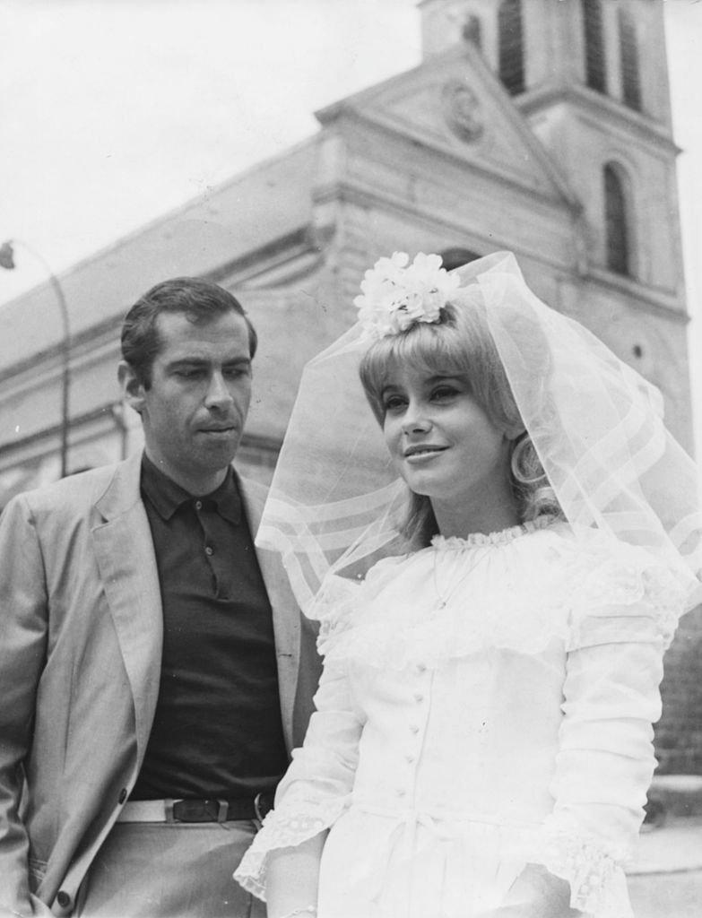 Catherine Deneuve habillée en mariée avec le réalisateur Roger Vadim, sur le tournage d'un film, le 31 juillet 1962. Photo : Getty Images