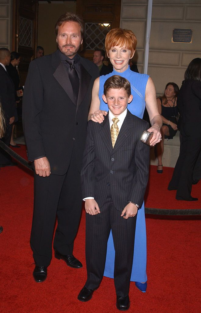 Reba McEntire with Narville Blackstock and their son Shelby at the 28th annual People's Choice Awards in 2002 | Source: Getty Images