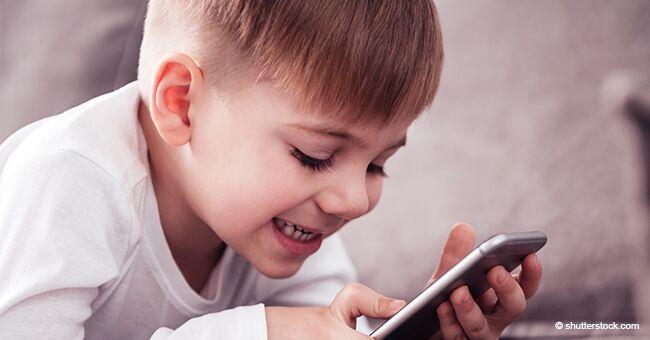 Ce petit enfant répond à un appel téléphonique du patron de son père