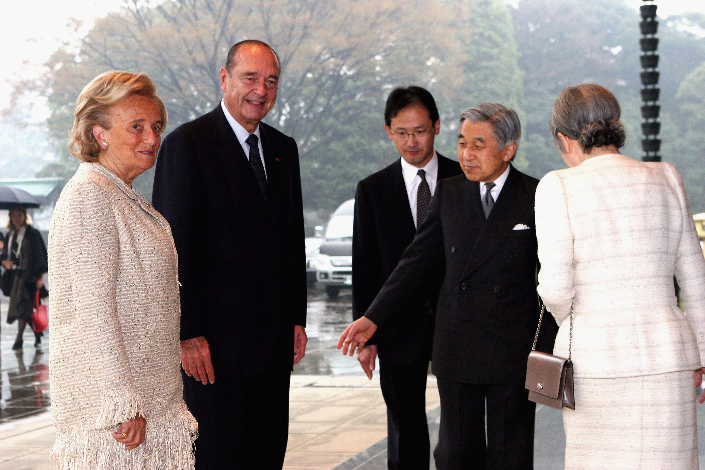 Jacques Chirac et son épouse Bernadette posent avec l'empereur japonais Akihito (2e G) et l'impératrice Michiko  à Tokyo. | Photo : GettyImage