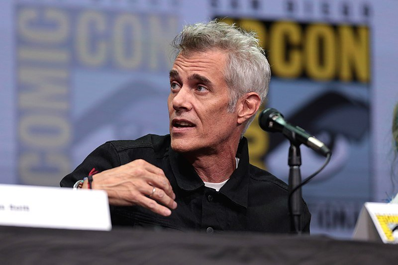 Dana Ashbrook speaking at the 2017 San Diego Comic Con International. | Source: Wikimedia Commons