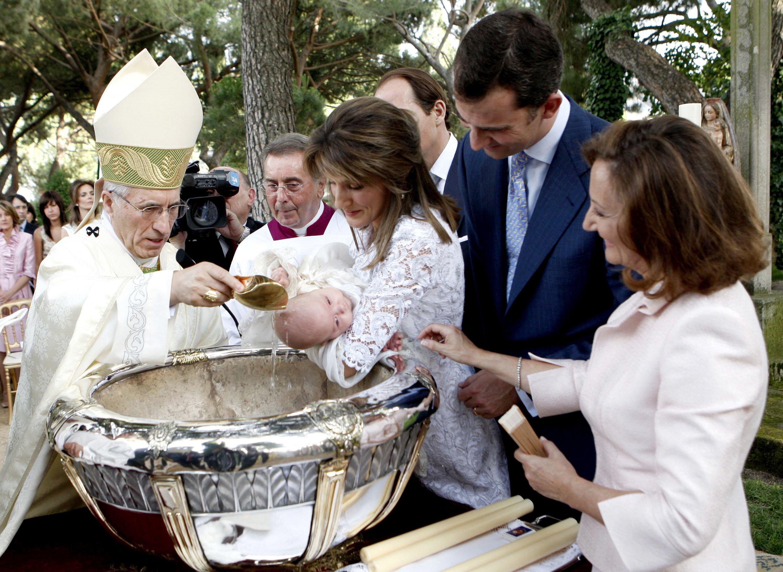 La Princesa Letizia y el Príncipe Felipe de España sostienen a su hija, la Princesa Sofía, mientras la madre de Letizia, Paloma Rocasolano, los observa, en el bautismo de Sofía en julio de 2007 || Fuente: Getty Images