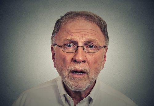 Un homme triste et surpris. | Source : Shutterstock