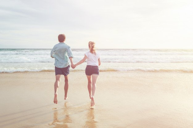 Courir et marcher sont de bonnes activités pour rester en forme. l Source: Freepik