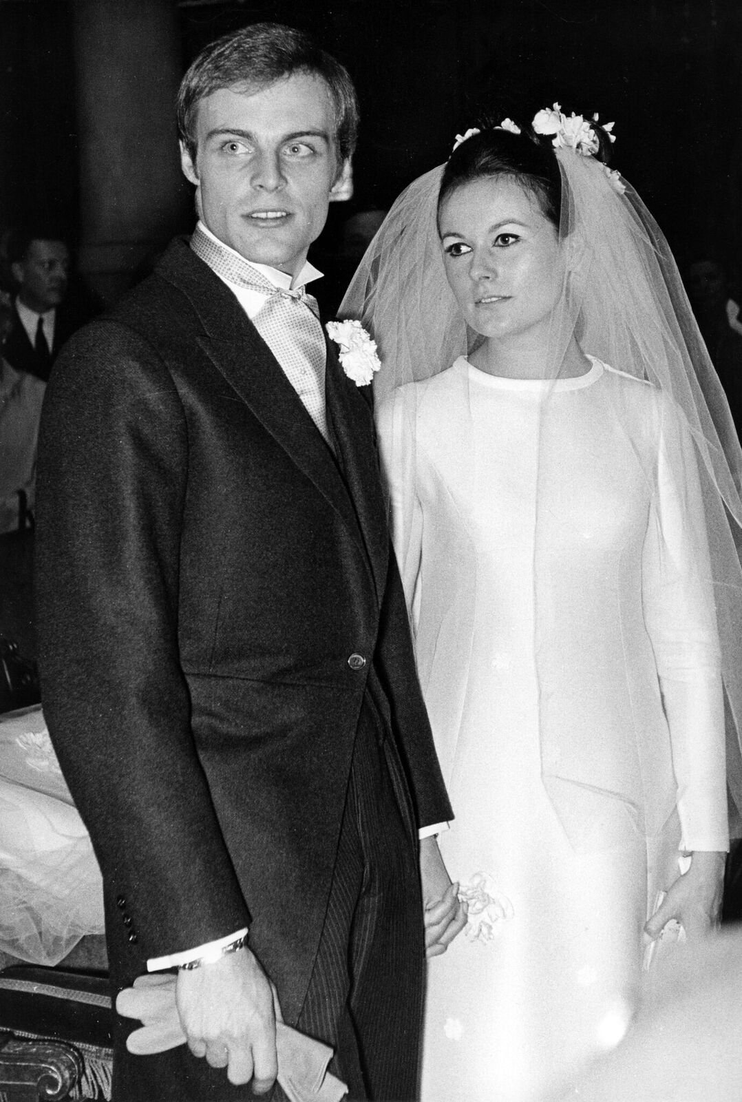 Mike Marshall et sa femme Catherine lors de leur mariage à l'Eglise Saint-Honoré d'Eylau à Paris le 26 avril 1966, France. | Photo : Getty Images