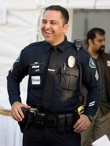 A policeman laughing.| Photo: Getty Images.