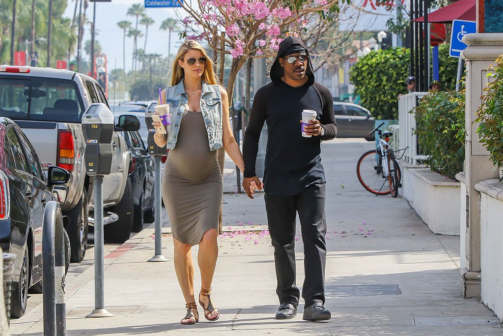 Eddie and Paige walking while she was pregnant with Izzy on March 02, 2016 in Los Angeles | Source: Getty Images