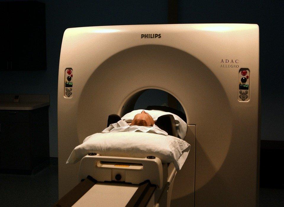 Paciente realizando una tomografía. | Imagen tomada de: Pixabay