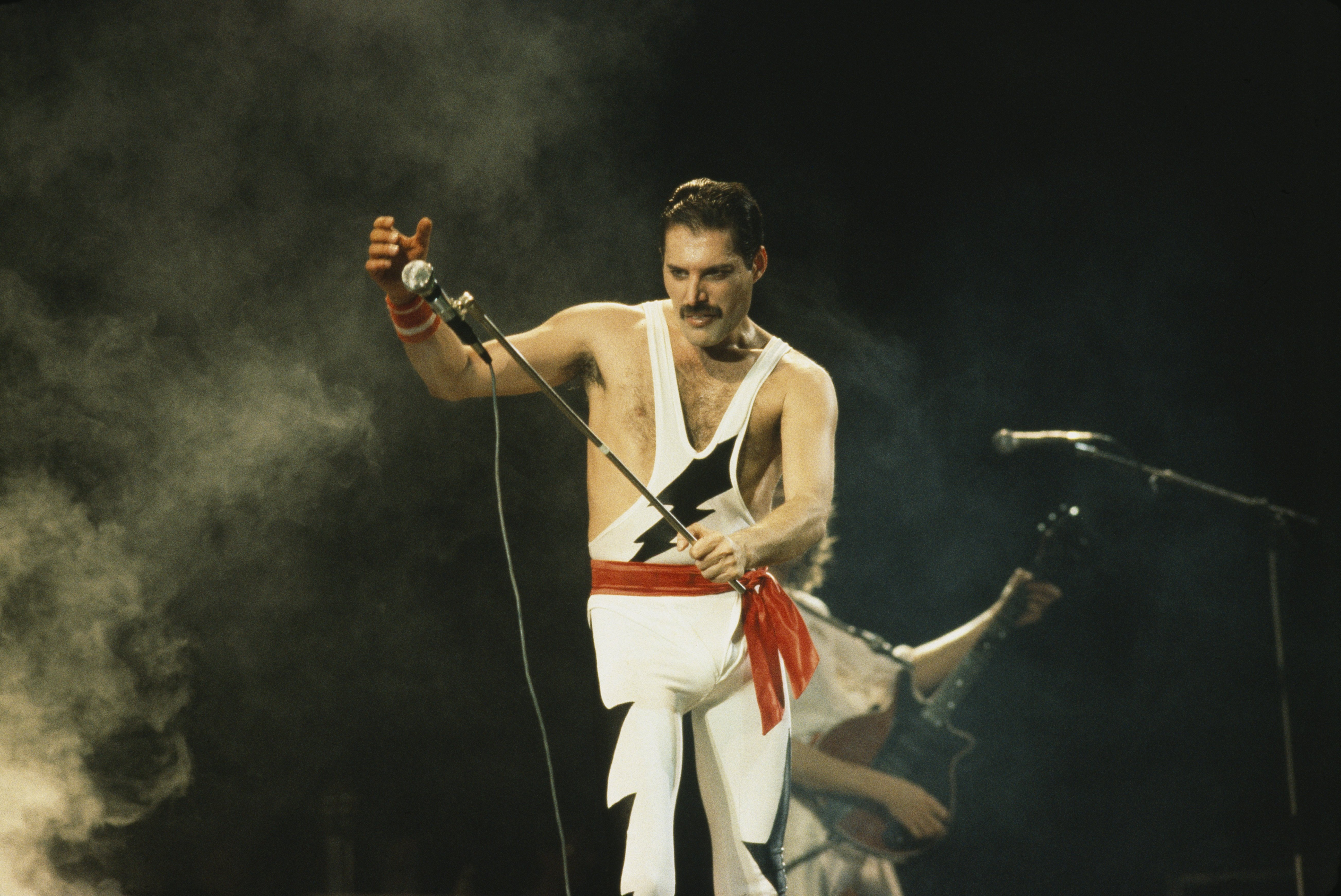 Freddie Mercury performing on stage with British rock group Queen, 1985. | Photo: GettyImages