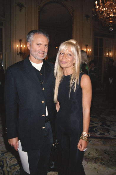 Gianni and Donatella Versace at a Versace fashion show in Paris on January 23, 1993 | Photo: Getty Images