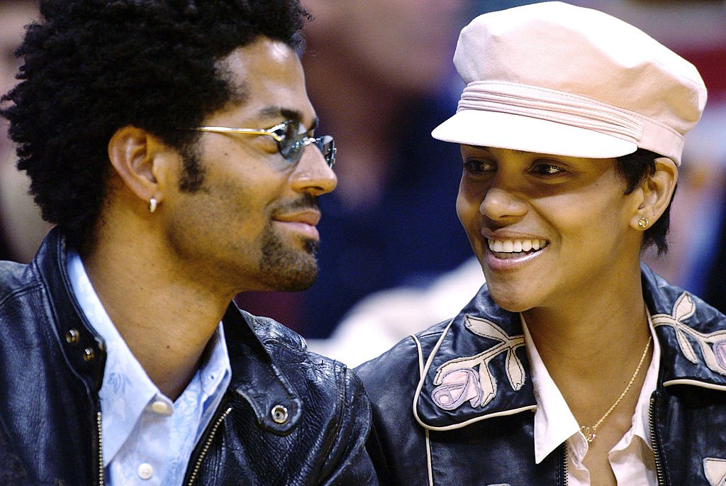 Halle Berry and Eric Benet at a basketball game on March 31, 2003 at the Staples Center in Los Angeles, California.| Source: Getty Images