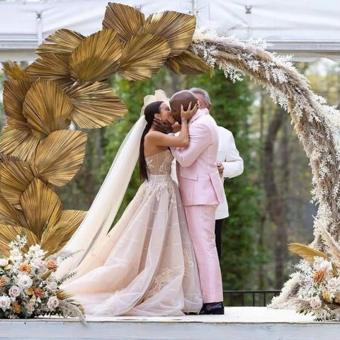 Jeannie Mai and Jeezy kissing at their wedding ceremony.  | Instagram/balleralert