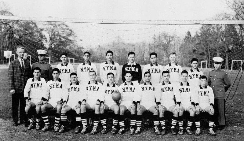 Donald Trump dans son équipe de football (quatrième en partant de la gauche). l Source : Wikimedia Commons