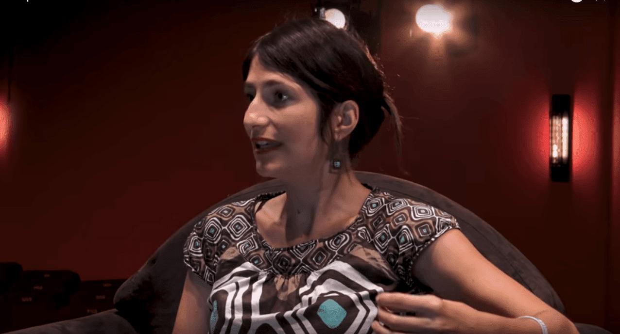 Marion Larat interrogée dans un théâtre de Bordeaux et discutant sur son ouvrage La pilule est amère   Youtube/ La pilule est amère