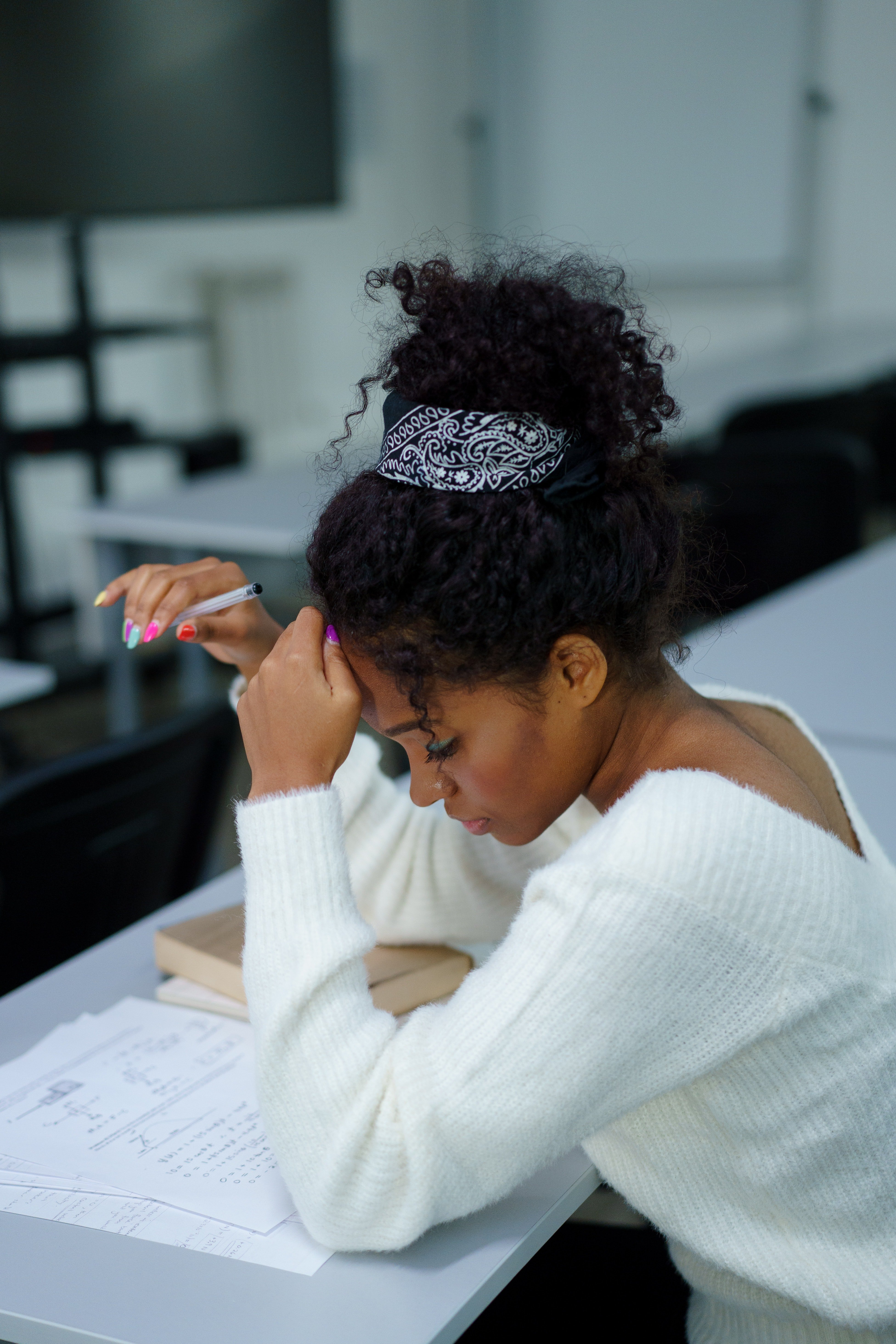 A young lady studying in a class | Photo: Pexels
