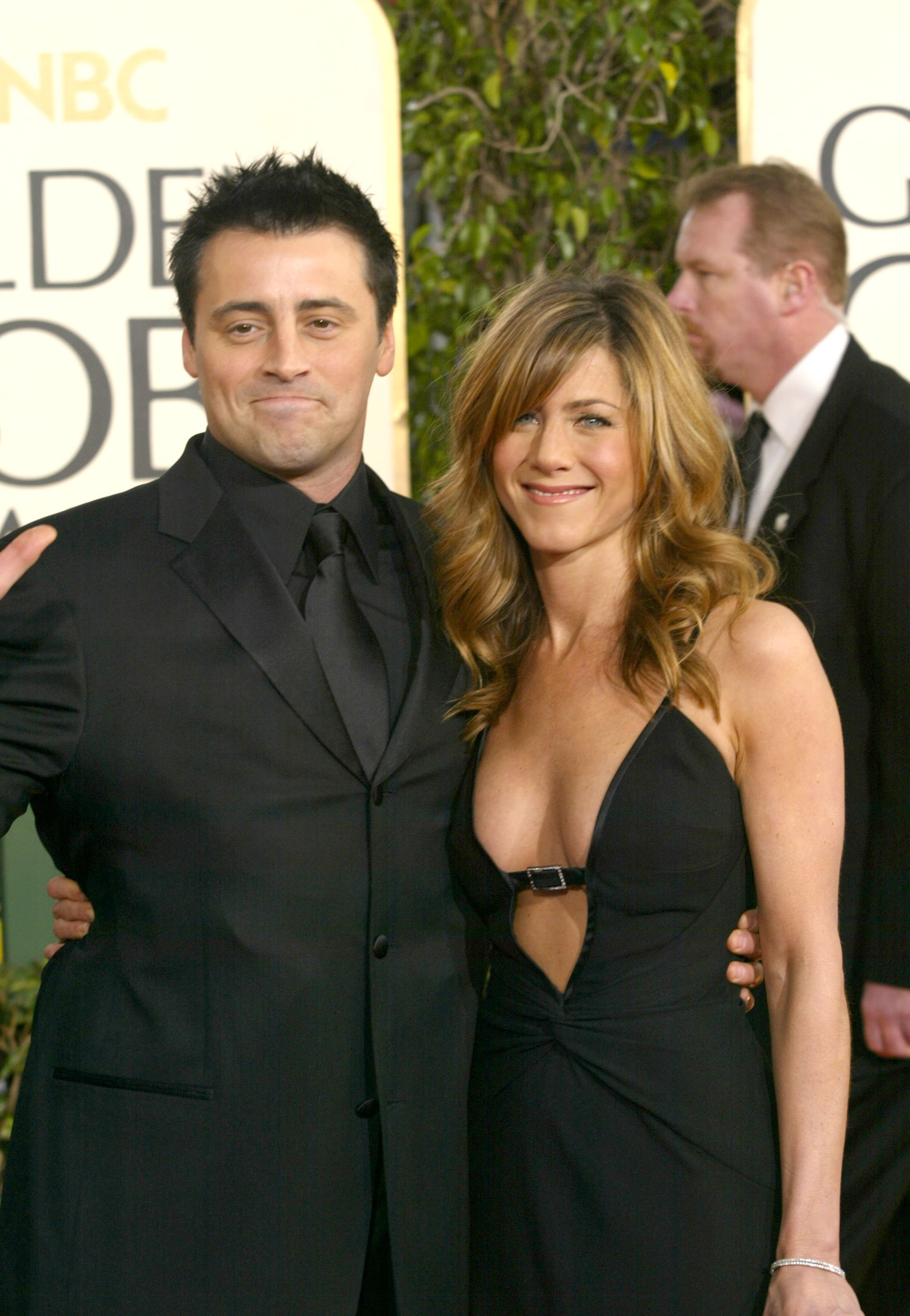Matt Leblanc and Jennifer Aniston pose together at the Annual Golden Globe Awards in Beverly Hills, California on January 25, 2004 | Photo: Getty Images