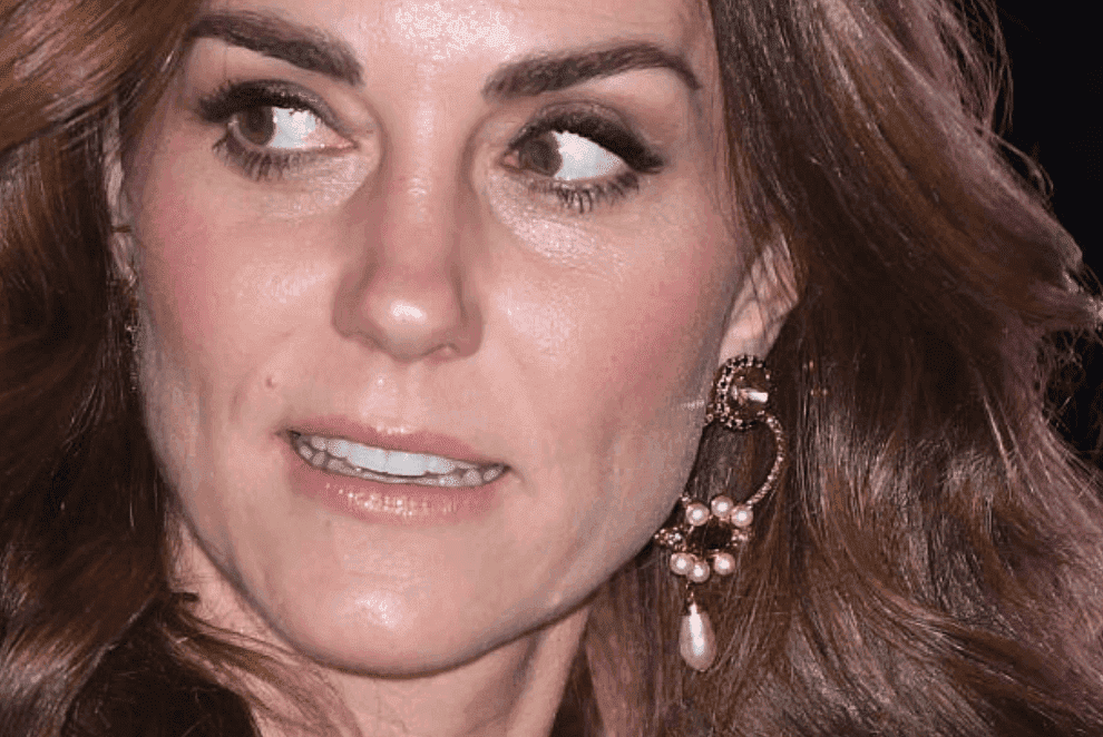 Kate Middleton montre ses boucles d'oreilles Erdem lorsqu'elle quitte la Royal Variety Performance avec Prince William au London Palladium le 18 novembre 2019 à Londres, Angleterre | Source: Getty Images (Photo de Karwai Tang / WireImage)