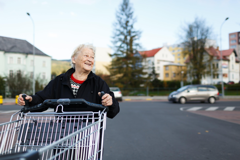 Anciana con carrito de supermercado. || Fuente: Shutterstock