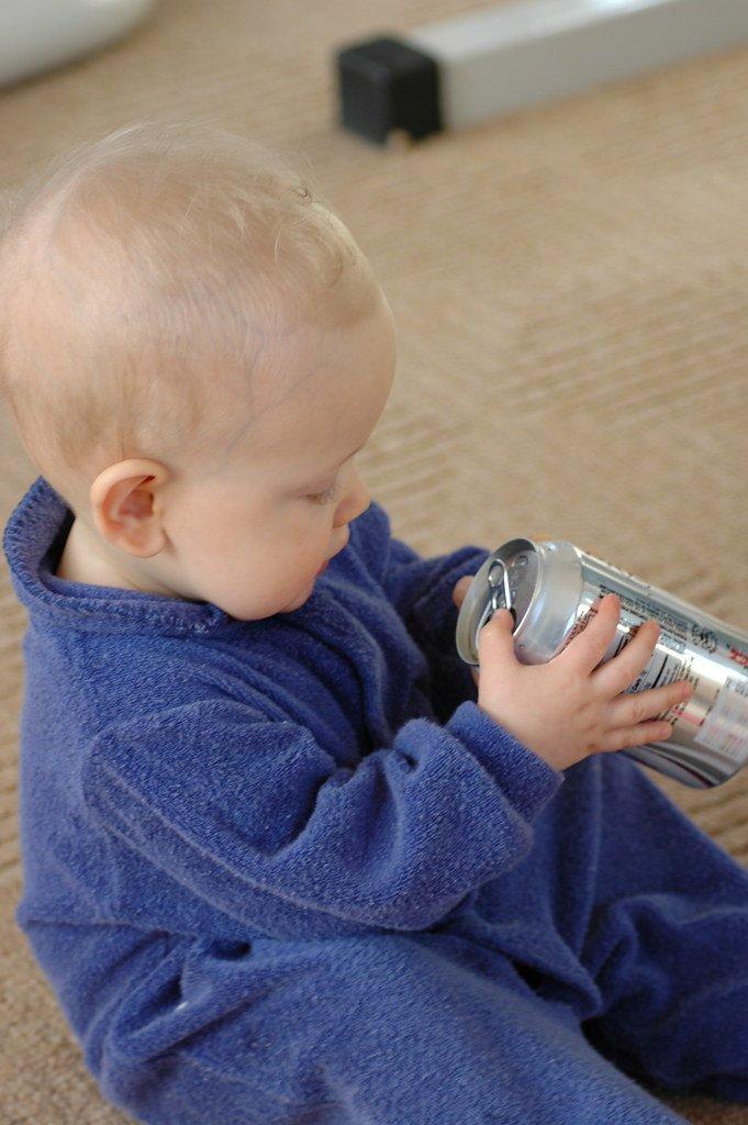 Bébé avec une canette de Coca-Cola dans les mains : Flickr
