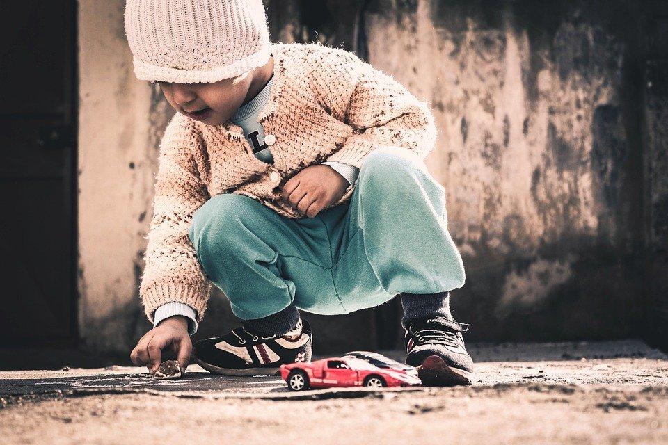 Niño jugando con carritos│Imagen tomada de: Pixabay