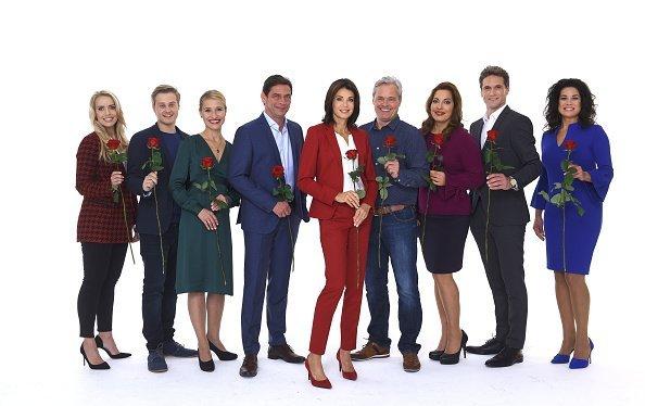 Darsteller von Rote Rosen mit Rosen in den Händen, Hamburg, 2018 | Quelle: Getty Images