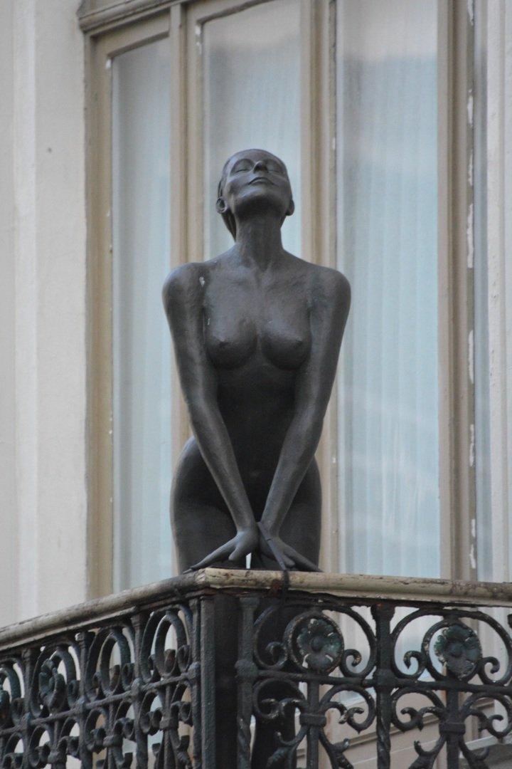 Estatua de mujer en balcón. | Foto: Pxhere