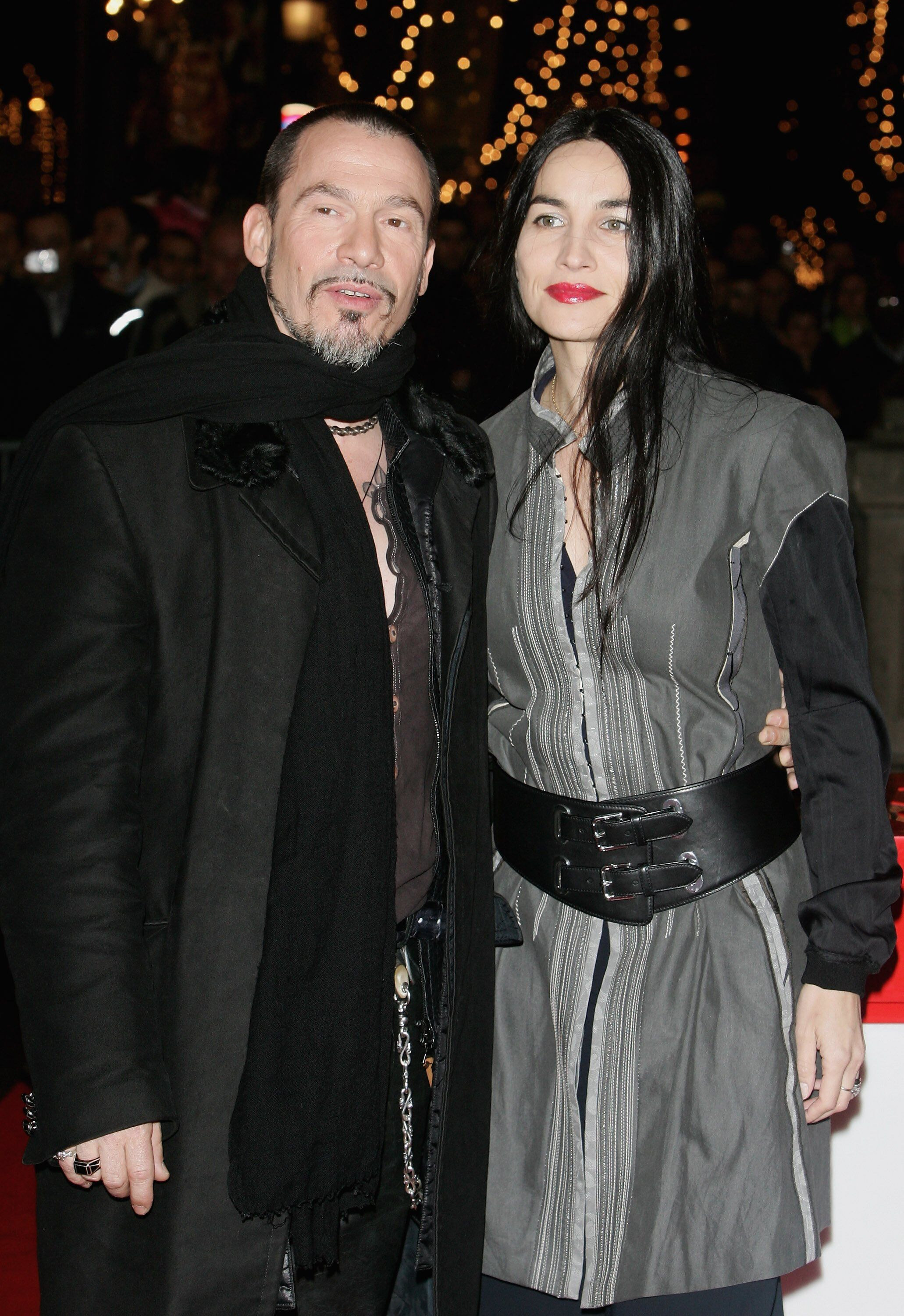 Florent Pagny pose avec son épouse Azucena lors de la cérémonie officielle d'illumination de Noël à Paris, France. | Photo : Getty Images