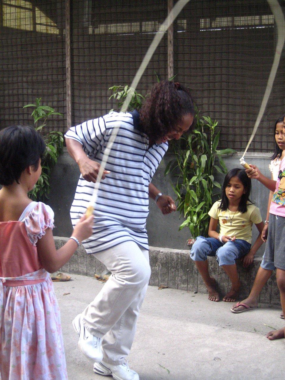 Mujer jugando con niños. | Imagen: Public Domain Files