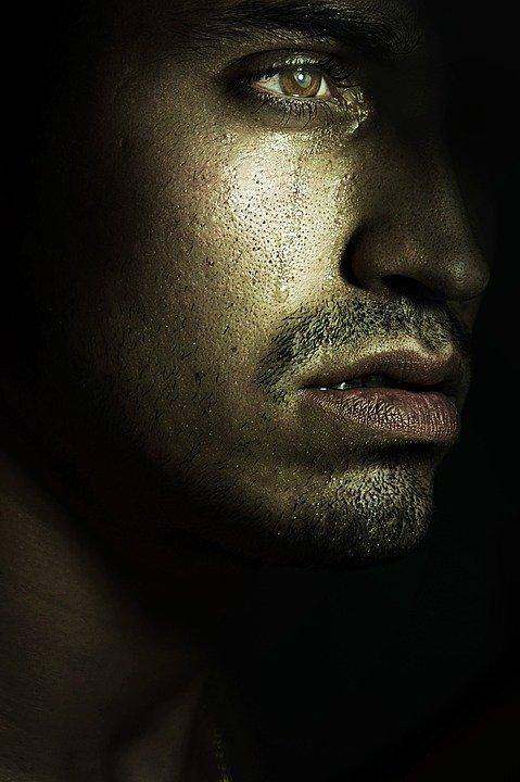 Hombre joven llorando en la oscuridad. | Imagen: Max Pixel