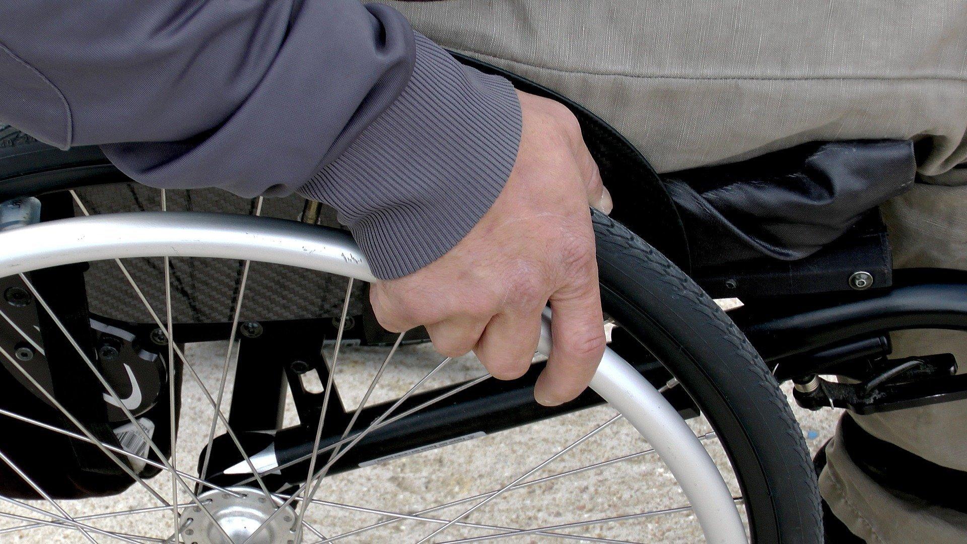 Hombre discapacitado en silla de ruedas. Fuente: Pixabay